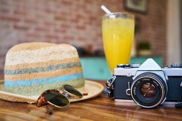 Camera zonnebril hoed en drinken