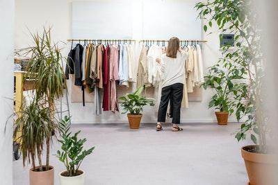 Dame in kledingwinkel