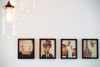 Dierenschilderijen aan muur
