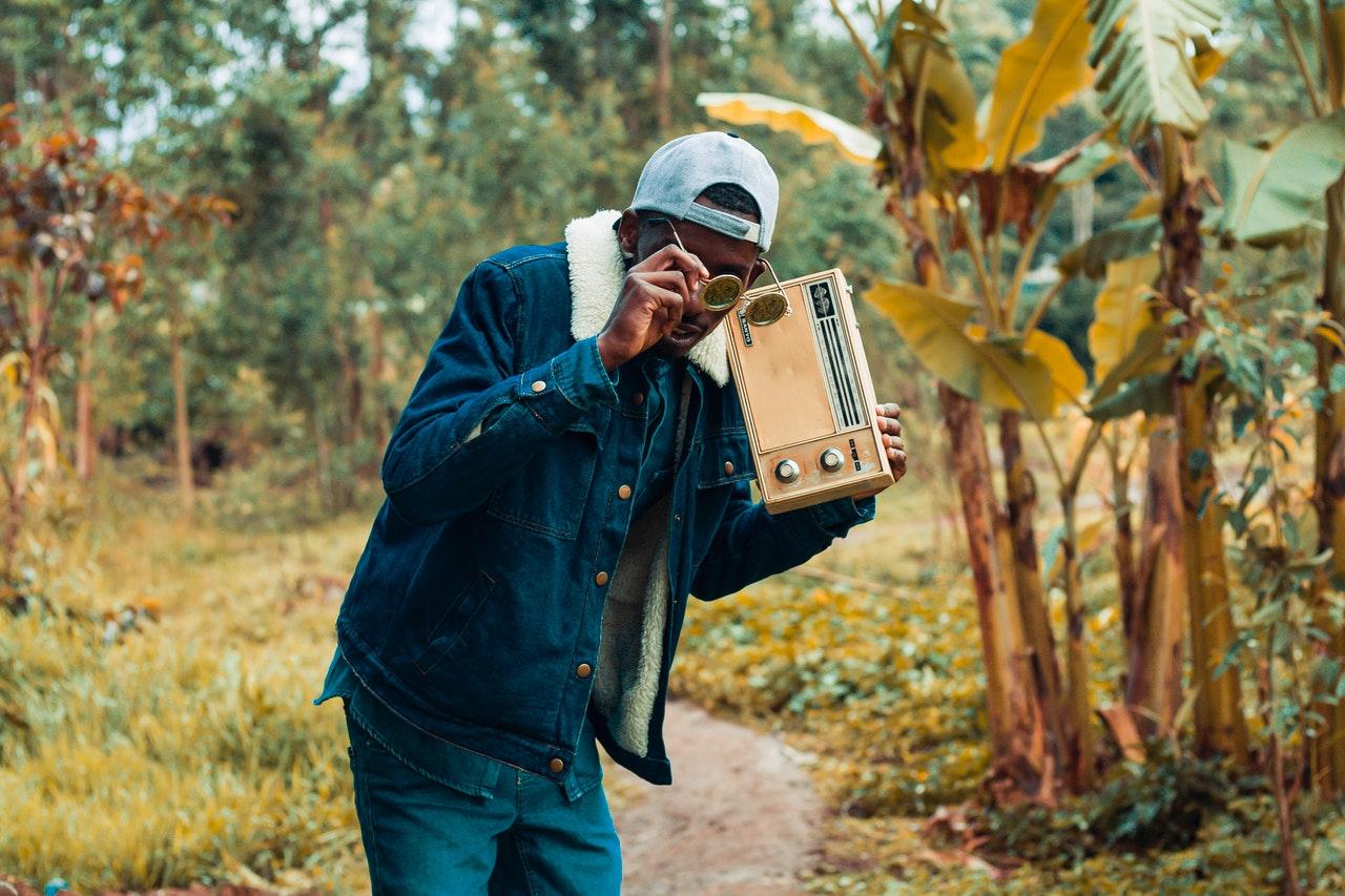 Man met radio