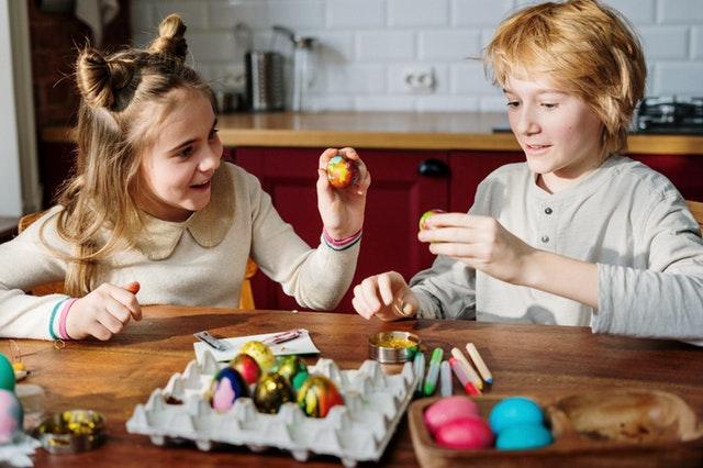 Kinderen decoreren paaseieren