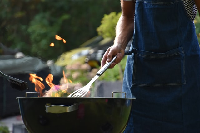 Man achter barbecue