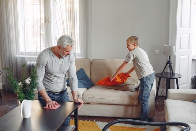 Man en kind aan het schoonmaken