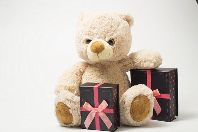 Teddybeer met cadeautjes