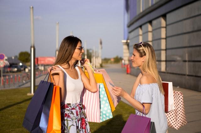 Twee vrouwen aan het shoppen