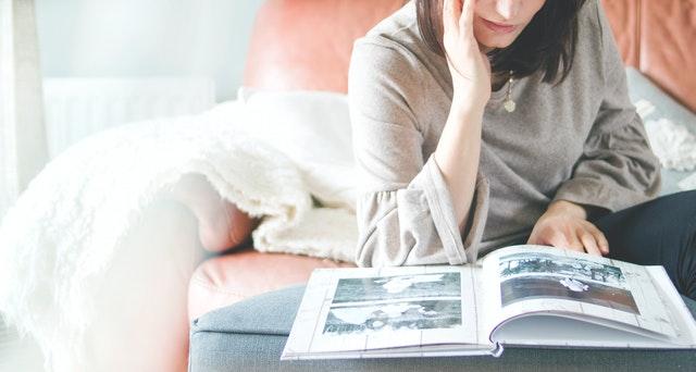 Vrouw bladert door fotoalbum