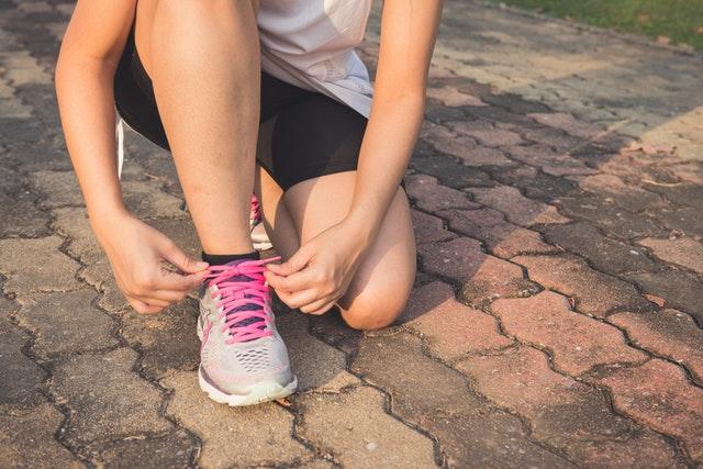 Vrouw strikt haar hardloopschoenen